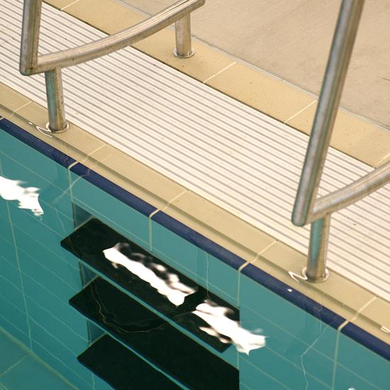 Pool tile 5730 – ivory/dk blue finger grip in use
