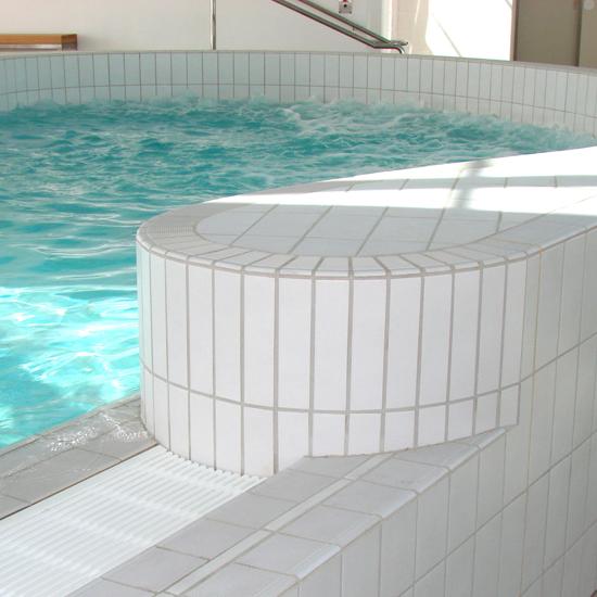 Pool tile 901 -white semi gloss in use
